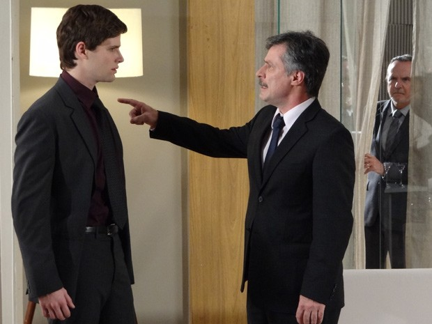 Otto dá sua palavra final ao filho. Sarmento vê tudo (Foto: Cheias de Charme / TV Globo)