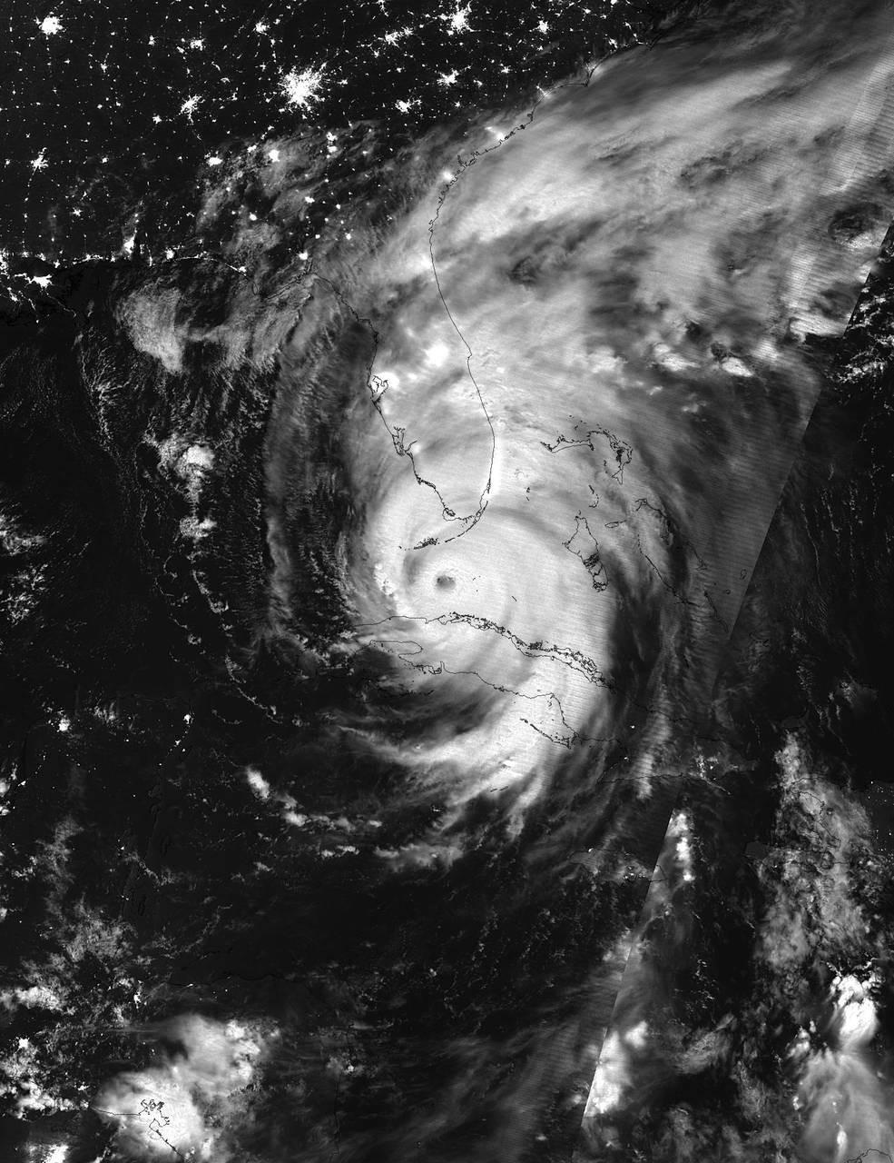 Imagem noturna feita com infravermelho do furacão Irma entre Cuba e Florida Keys (Foto: NOAA/NASA Goddard Rapid Response Team)