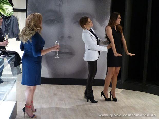 Leila experimenta tudo de bom na loja de Edith (Foto: Amor à Vida/TV Globo)