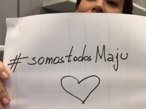 Renata Vasconcellos segura cartaz em apoio a Maju (Foto: Reprodução/Facebook/JN)