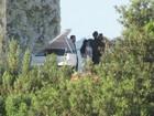 Kim Kardashian casou com vestido decotado e transparente nas costas