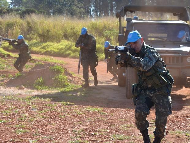 Militares de Campinas simulam confronto para se preparar para atuar no Haiti (Foto: Lana Torres / G1)