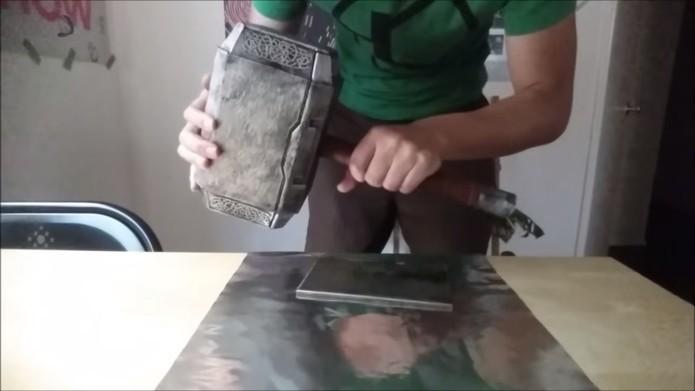 Réplica do Martelo de Thor foi elaborado com Arduino e é levantado pelas pelo dono (Foto: Divulgação/Sufficiently Advanced)