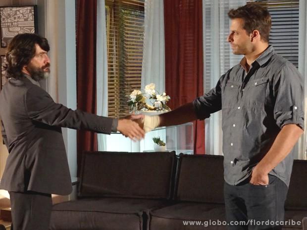 Os antigos inimigos selam acordo para destruir Alberto (Foto: Flor do Caribe / TV Globo)