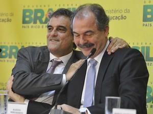 Os ministros José Eduardo Cardozo e Aloizio Mercadante durante assinatura de acordo (Foto: Antônio Cruz / Agência Brasil)
