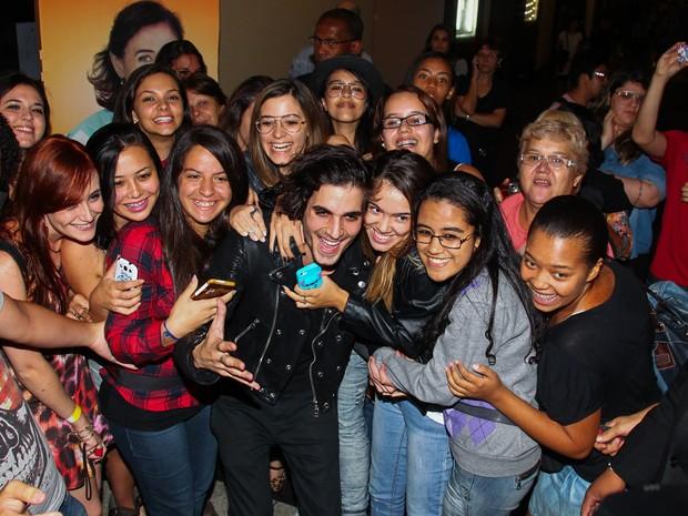 Fiuk com fãs em pré-estreia de filme em São Paulo (Foto: Manuela Scarpa/ Foto Rio News)