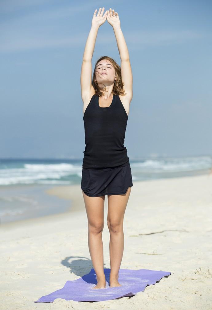 Marcela se alongando para mais uma posição de ioga (Foto: Felipe Monteiro/Gshow)