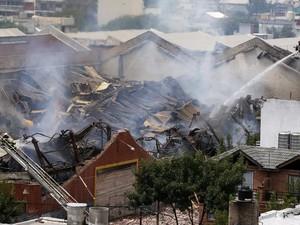 Sete bombeiros e dois trabalhadores da defesa civil de emergência que estavam trabalhando no local do incêndio de um armazém no bairro de Barracas, em Buenos Aires morreram nesta quarta-feira (5). (Foto: Enrique Marcarian/Reuters)