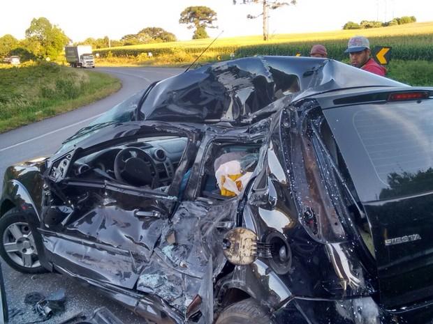 Duas pessoas morreram e uma ficou ferida no acidente (Foto: Carmo Amorim/ Pinhal da Serra FM)