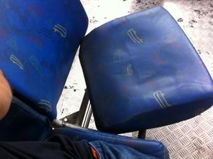 Assento solto em ônibus do Rio de Janeiro   (Foto: Victor Coelho/VC no G1 )
