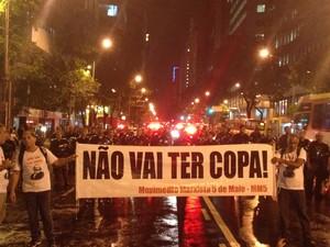 Sob chuva, manifestantes estendem faixa contra a Copa do Mundo (Foto: Daniel Silveira / G1)