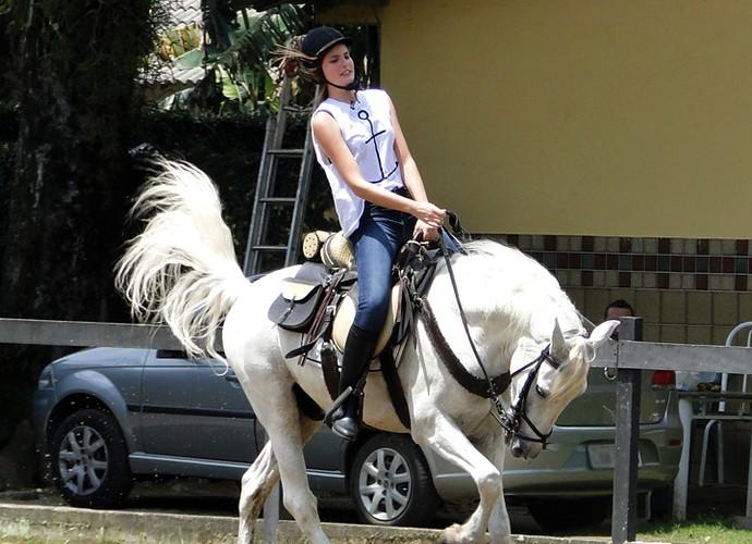 Camila Queiroz perde o medo de andar a cavalo (Foto: Fabio Rosso/Gshow)