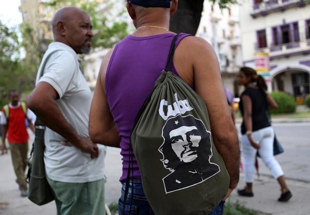 Homem carrega mochila com a efígie do líder revolucionário Che Guevara em Havana (Foto: Alejandro Ernesto/EFE)