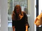 Bianca Castanho passeia com a filha em shopping do Rio