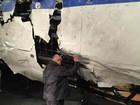 Brasileiro 'dá adeus' ao marido diante de destroços do voo MH17