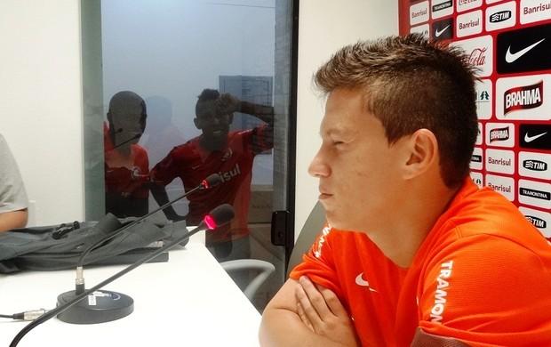 Fred e Vitor Júnior tentam tirar concentração de Otávio (Foto: Tomás Hammes / GLOBOESPORTE.COM)