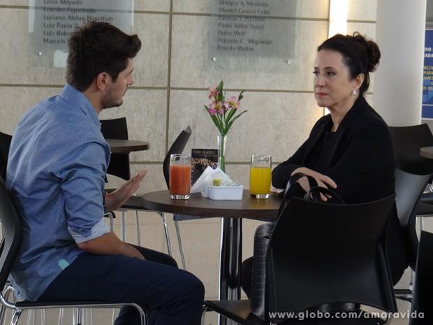 Lídia faz pedido misterioso para Rogério (Foto: Amor à Vida / TV Globo)