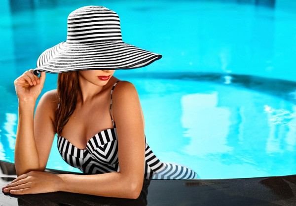 Antes de entrar na piscina, evite o uso de esfoliantes e sabonetes abrasivos, pois eles podem tirar a proteção natural da pele (Foto: Thinkstock)