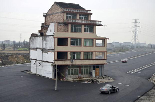 Foto de 2012 mostra pequeno prédio que foi deixado no meio de uma estrada recém-construída em Wenling, na província de Zhejiang (Foto: Reuters)