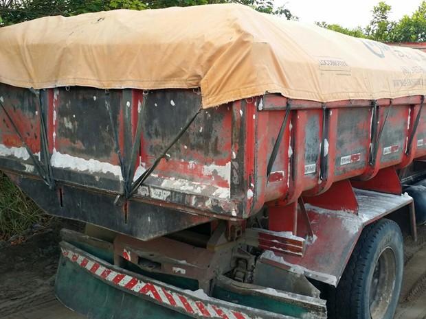 Polícia apreendeu dois caminhões carregados com areia extraída ilegalmente e dois caminhões ainda vazios, em Pernambuco (Foto: Divulgação/ Cipoma)