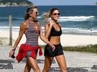 Sem Branca, Bia Feres caminha em praia do Rio