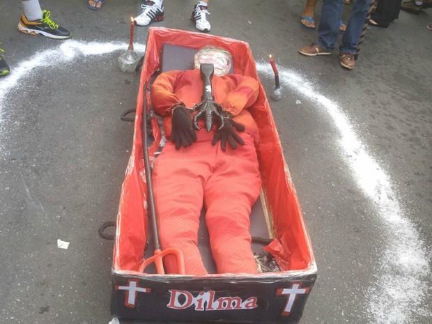 Caixão com imagem da presidente foi levado para manifestação, em Cuiabá (Foto: Lislaine dos Anjos/ G1)