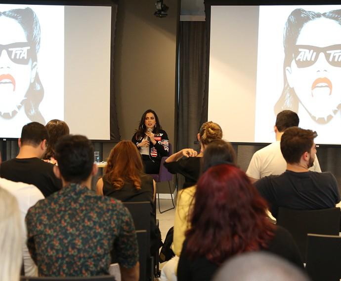 Poderosa, Anitta explica que novo trabalho só tem participação masculinas (Foto: Carol Caminha / Gshow)