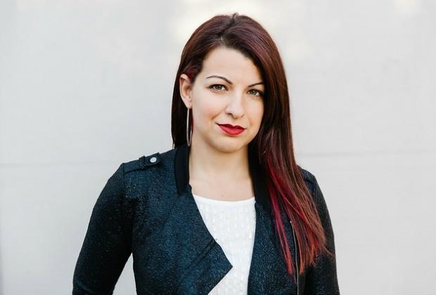 A blogueira e crítica de mídia norte-americana Anita Sarkeesian, uma das primeiras a enfrentar o machismo nos jogos (Foto: Divulgação / Feminist Frequency)