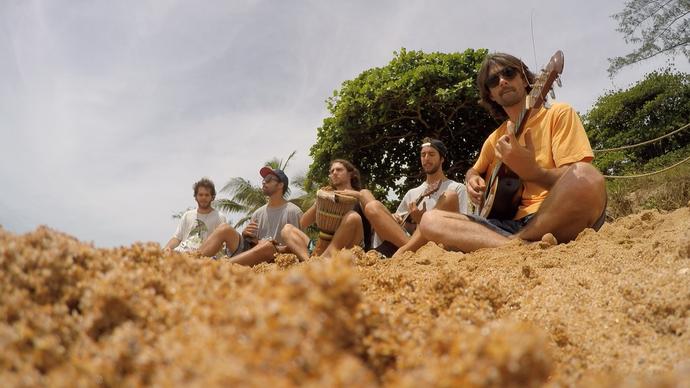 'Banda 'Pura Vida' fazendo um som em Manguinhos. (Foto: Divulgação/ TV Gazeta)