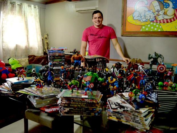 Maurício Júnior avalia coleção em mais de R$ 20 mil (Foto: Fabiana Figueiredo/G1)