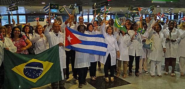 Grupo de 30 médicos cubanos desembarcou no Recife (Foto: Luna Markman / G1)