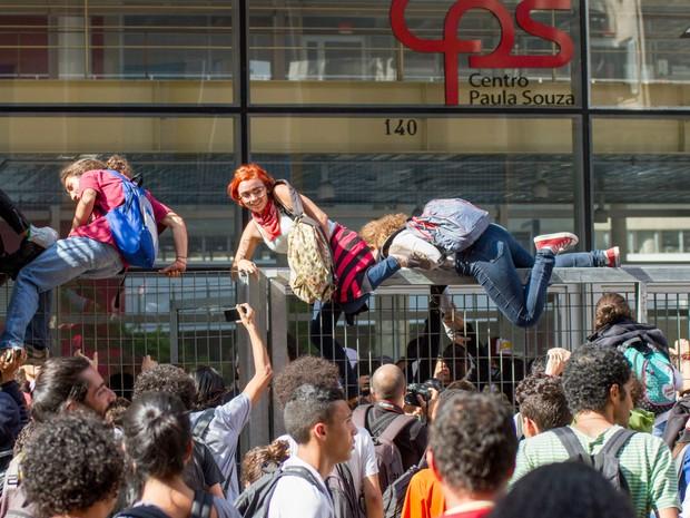 Estudantes invadem a sede do Centro Paula Souza durante manifestação em São Paulo (Foto: Dario Oliveira/Código 19/Estadão Conteúdo)