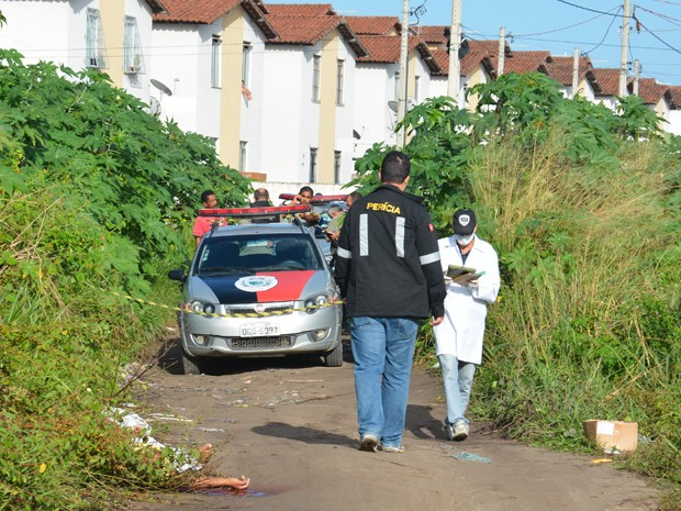 Corpo encontrado próximo ao condomínio Irmã Dulce no bairro Colinas do Sul (Foto: Walter Paparazzo/G1)