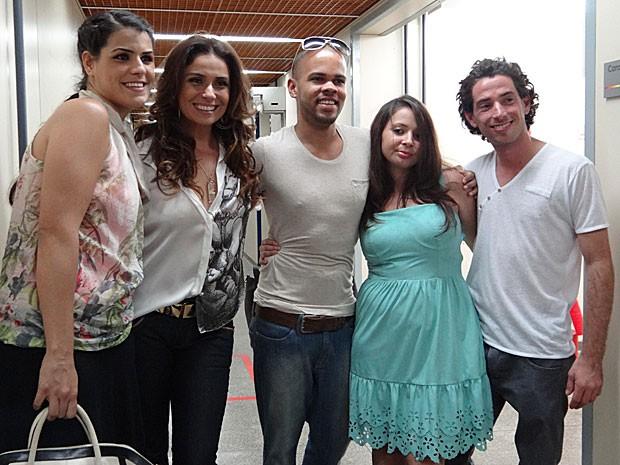 Animados, os jovens tietaram Giovanna Antonelli e registraram o momento (Foto: Salve Jorge/TV Globo)