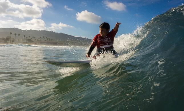 Davizinho surfando na final do Mundial de Surfe Adaptado