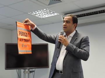 Saulo Cabral mostra a bandeirola que indica os fios de alta tensão. Foram colocadas 50 no percurso do Galo (Foto: Débora Soares/G1)