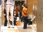 Giovanna Antonelli experimenta roupas em dia de compras