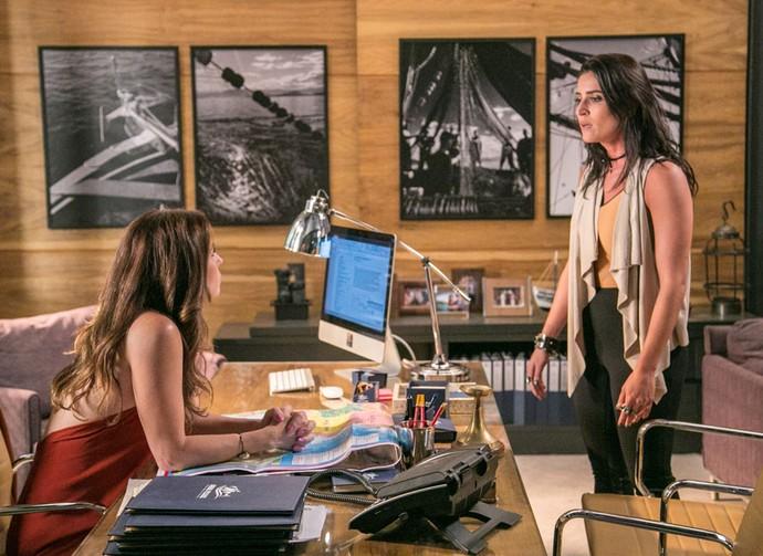 Carol dá escândalo com Alice na empresa (Foto: Paulo Belote / TV Globo)