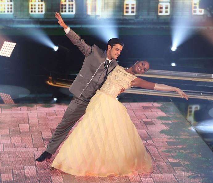 Felipe e Carol em sintonia na coreografia da valsa (Foto: Carol Caminha/Gshow)