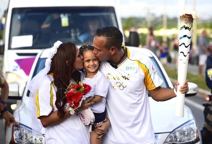 Romeu pede Samya em casamento durante revezamento da Tocha Olímpica (Foto: Nissan/Divulgação)