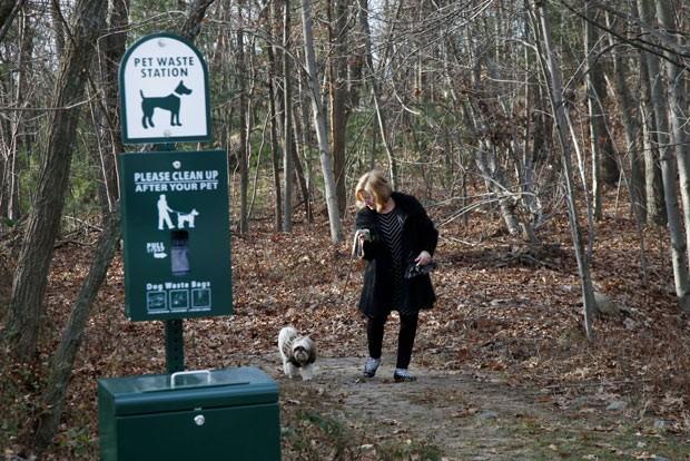Placa no condomínio avisa que donos de animais devem recolher as fezes de seus bichos. (Foto: AP Photo/Elise Amendola)