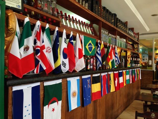Bar decorado com bandeiras de países participantes da Copa (Foto: Káthia Mello/G1)