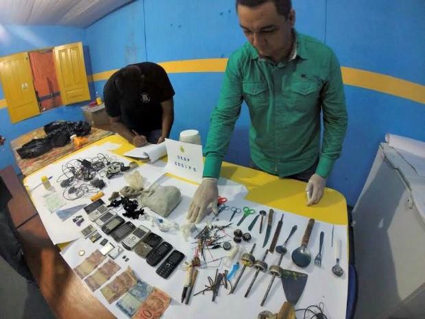 Objetos apreendidos dentro da cadeia (Foto: Seap/Divulgação)
