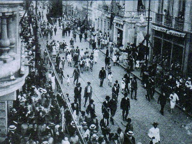 Festividades Rua Halfeld 1920 Juiz de Fora (Foto: Setor Memória BMMM/ Arquivo)