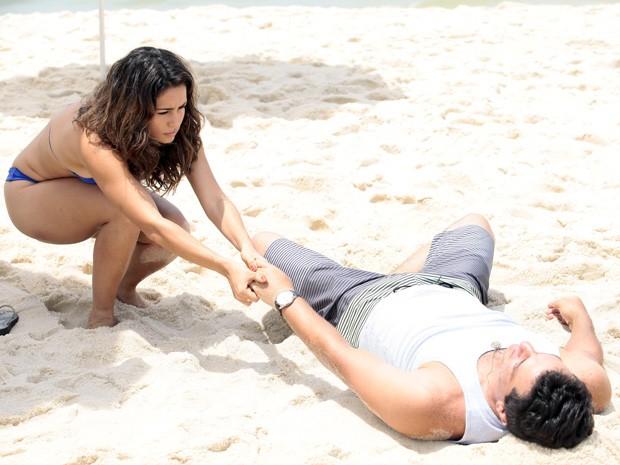 Nanda e Lombardi fazem cenas romanticas na praia (Foto: Salve Jorge/TV Globo)
