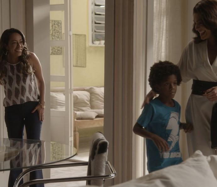 Carolina leva Gabriel até a casa de Dorinha para conhecer sua família (Foto: TV Globo)