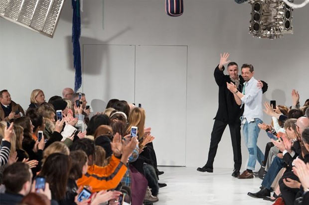 Raf Simons and Peter Mulier take a bow at their first Calvin Klein show A/W 2017 (Foto: INDIGITAL)