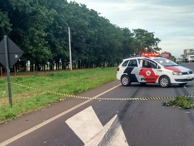 Trecho onde houve acidente permanece parcialmente interditado  (Foto: Julio Pitbull/Olimpia24horas)