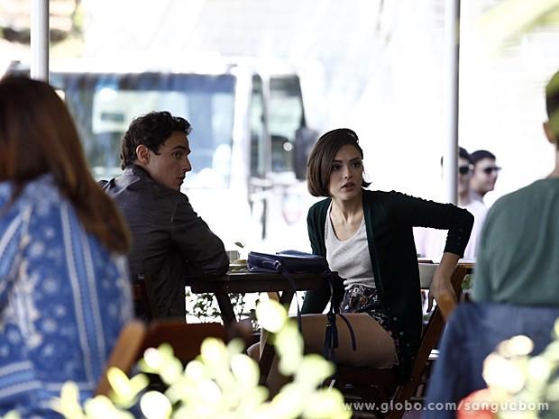 Giane vê Fabinho e vai em direção a ele (Foto: Sangue Bom / TV Globo)