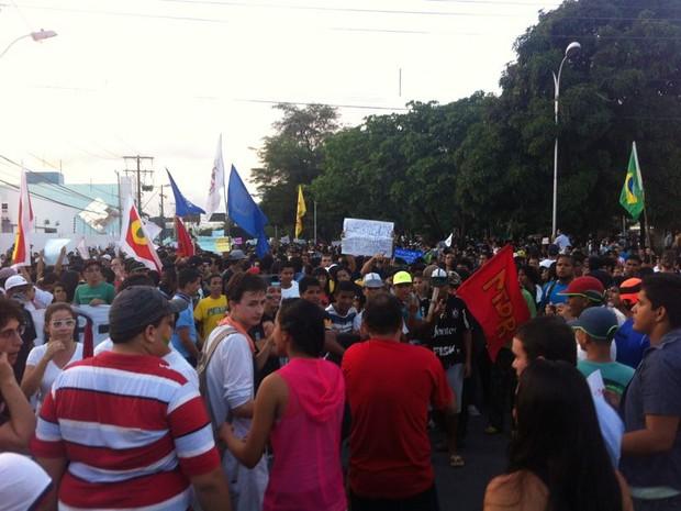 20 AL - Manifestantes fecham a principal avenida de Maceió em protesto contra a corrupção (Foto: Fabiana De Mutiis/G1)